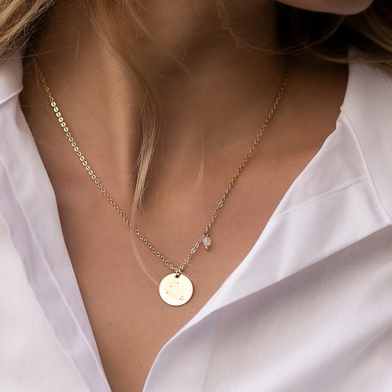 Zarte Halskette als ideales Geburtstagsgeschenk mit gravierter Konstellation und Geburtsstein