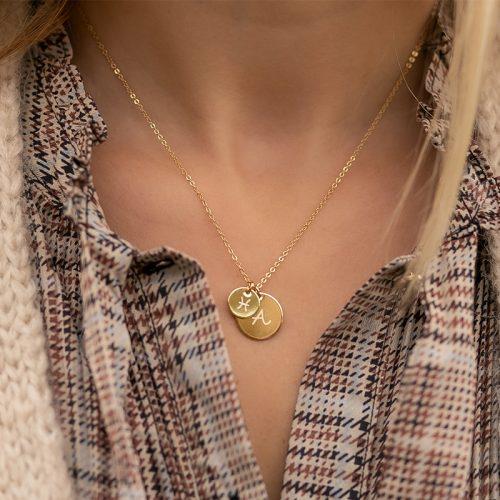 Sehr zarte Halskette mit zwei Gravur Anhängern. Beide sind rund, einer in 10mm Durchmesser, der andere mit 15mm Durchmesser. Auf beide gravieren wir deine Wunschgravur, Text oder Symbole.