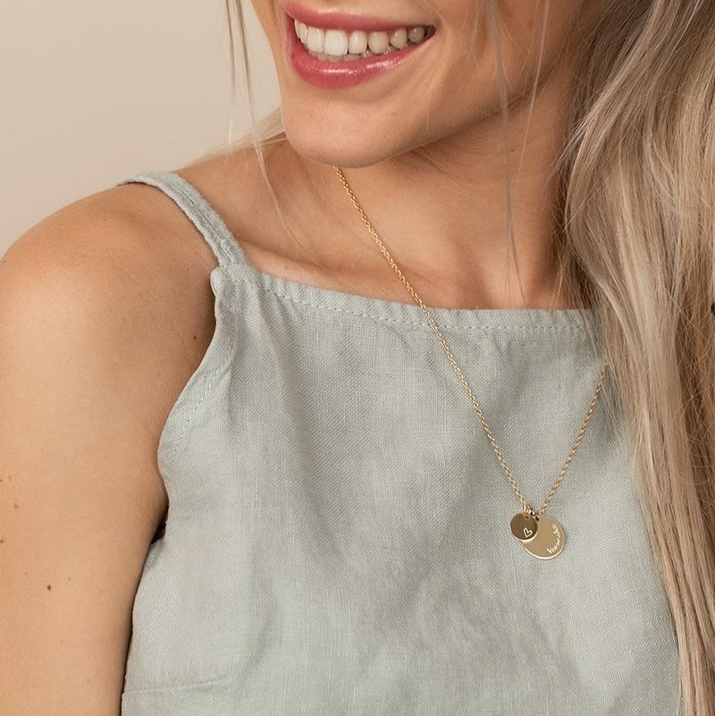 Halskette personalisiert mit einer kleinen und einer größeren runden Platte als Anhänger mit Wunschgravur
