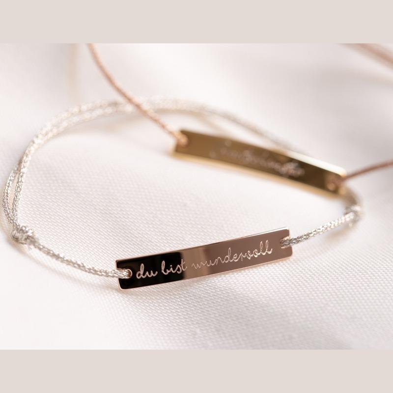 Personalisiertes Armband mit länglichem Plättchen zum Verewigen deiner persönlichen Botschaft