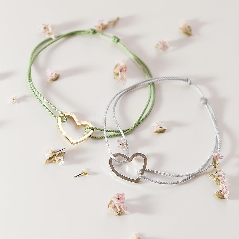 Das perfekte Geschenk für Verliebte ist dieses Herzarmband mit Nylonkordel