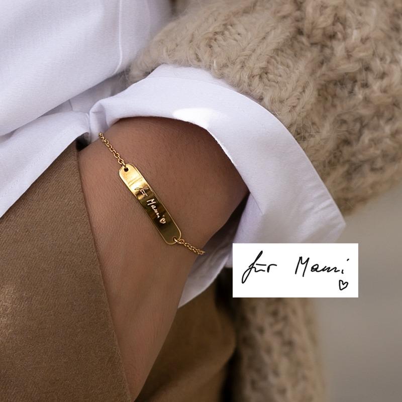 Deine persönliche Handschrift wird auf diesem Armband mit länglichem Plättchen von uns graviert