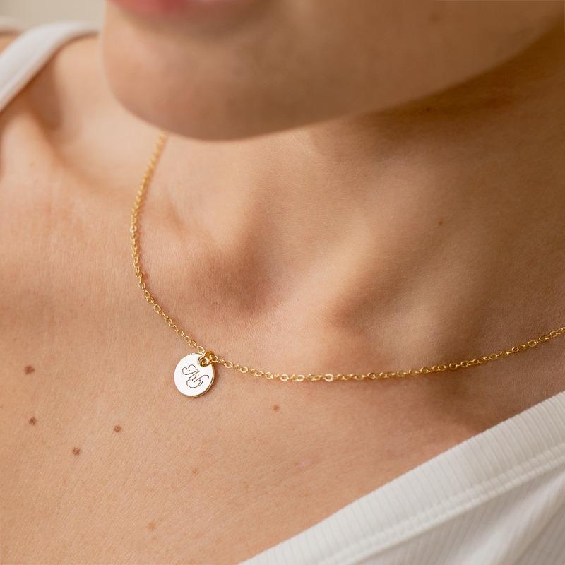 Zierliche Halskette mit einem kleinen 10mm runden Anhänger handgraviert