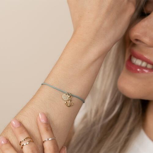 Armband mit Seidenband und Anker Anhänger mit Gravurplatte