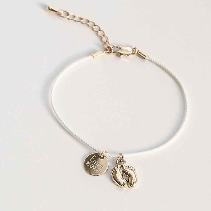 Designer Armband welches individualisierbar ist mit deinem Wunschtext und Babyfüßen Anhänger, hochwertig vergoldet oder versilbert