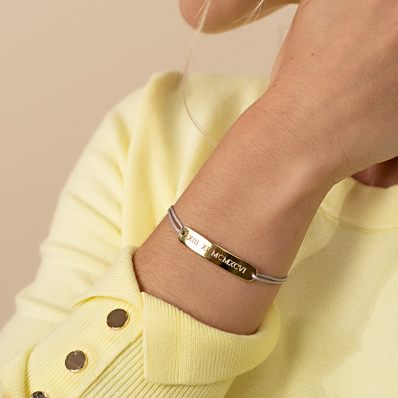 Barren Armband mit abgerundeten enden auf das wir in bis zu zwei Zeilen gravieren können, gehalten von einem hochwertigen Nylonband