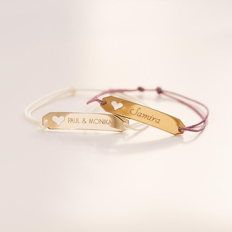 Armband das wir nach deinen Wünschen personalisieren, Gravurbarren mit eingestanztem Herz auf Nylonkordel