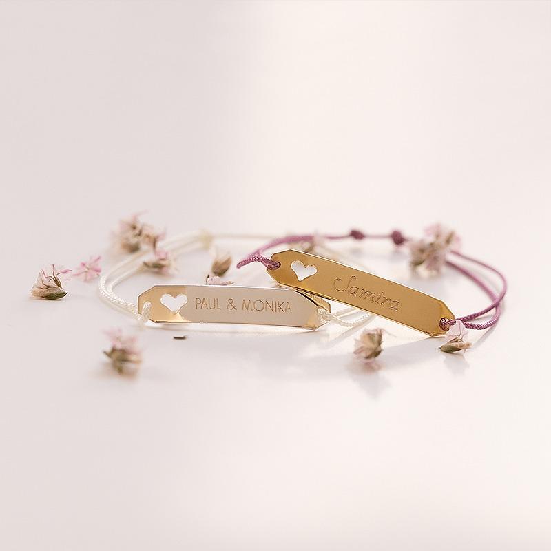 Personalisiertes Gravurbarren Armband, an einer Seite ist ein Herz eingestanzt, auf der Gravurfläche verewigen wir deinen Wunschtext