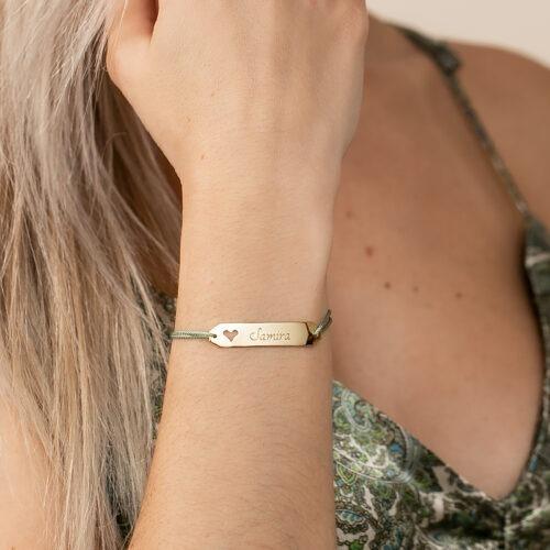 Armband mit Gravurplatte in der ein Herz Symbol ausgeschnitten ist und die graviert werden kann