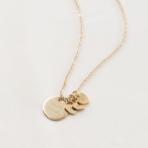 Halskette mit drei Herzanhängern, auf die je ein Buchstabe graviert werden kann, auf das runde Gravurplättchen schreiben wir deinen Wunschtext