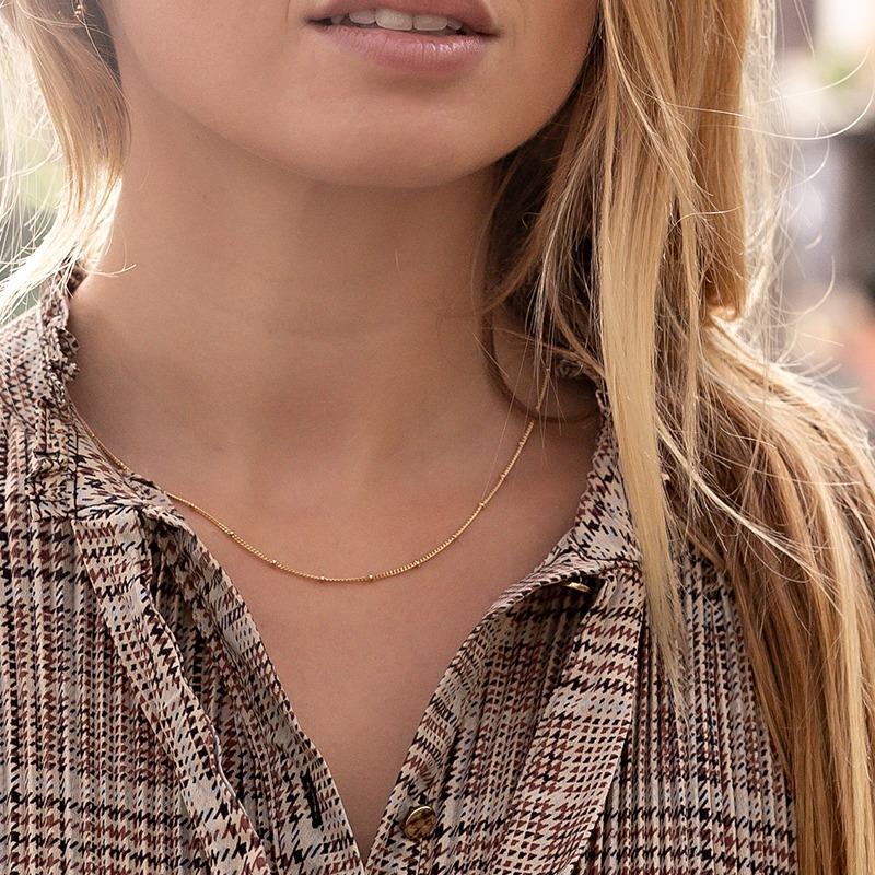 Zarte Halskette mit einzeln versetzen Metall Perlen als Satellitenkette