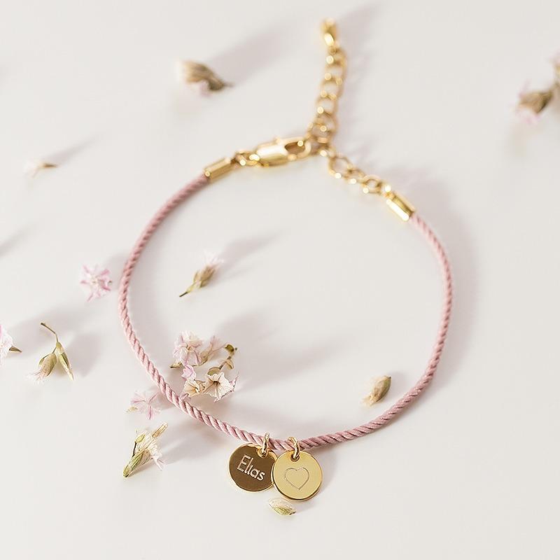 Valentinstags Armband mit zwei Gravurplatten und Seidenkordel Armband