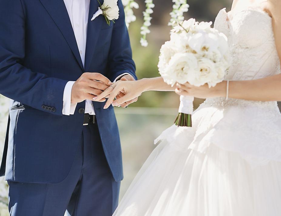 ehepaar beim heiraten mit personalisiertem schmuck