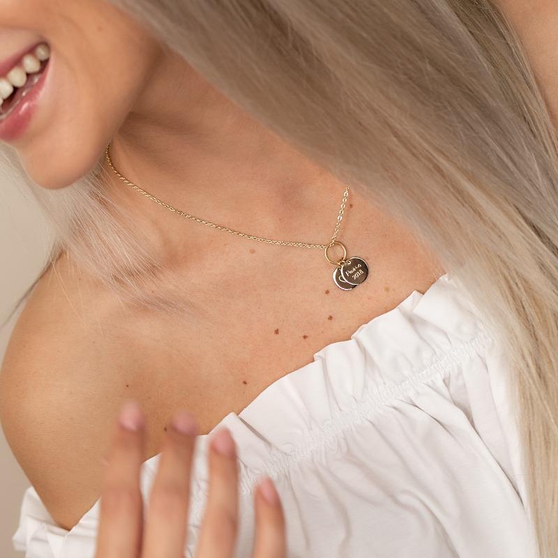 Vergoldete Halskette mit Namen auf Gravurplatte