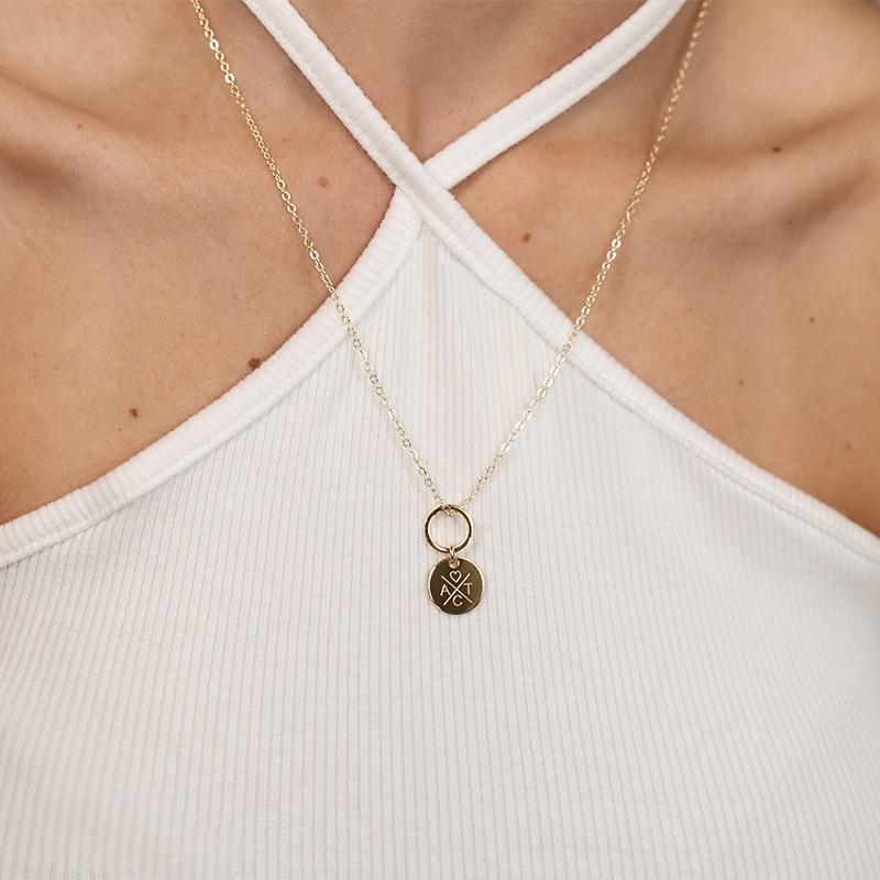 Halskette mit Ring Anhänger, an dem eine Gravurplatte hängt