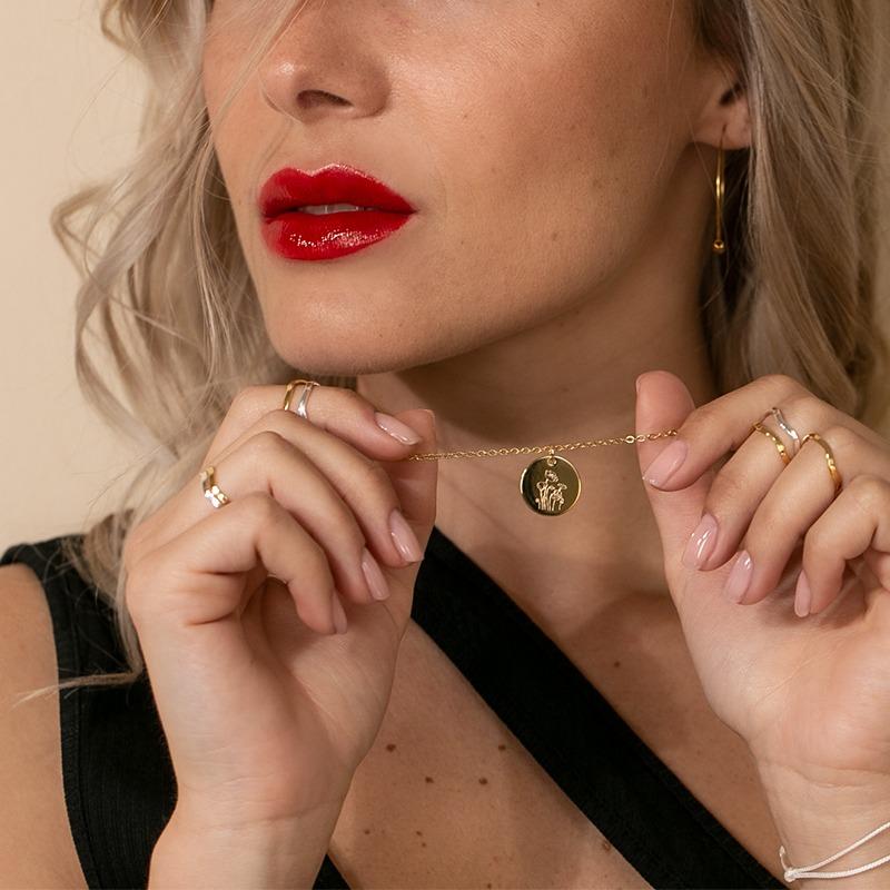 Goldkette mit der Gravur einer Blume deines Sternzeichens
